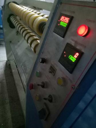 Máy phân cuộn băng dính tự động