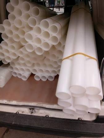 Lắp ống nhựa vào máy cắt băng dính băng keo